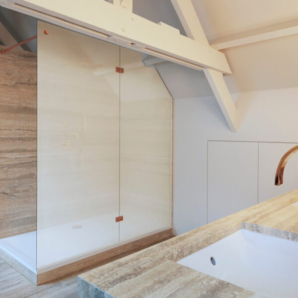 SQUID Glass covering for washroom partitions